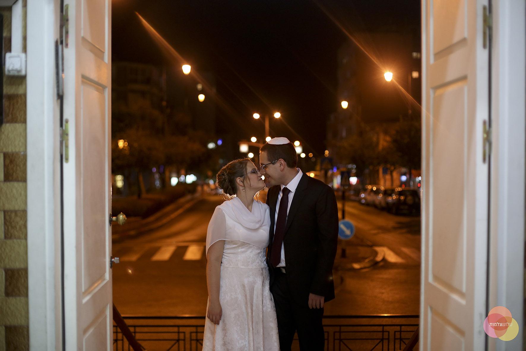 זוג מתחתן בבית הכנסת הגדול. למצולמים אין קשר לכתבה. צילום חופית שלוש צלמות (1)
