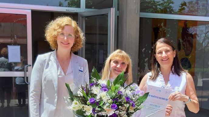 האחות נאוה גרשון ביחד אורנה צבי, מנהלת הסיעוד בוולפסון ודוקטור ענת אנגל, מנכלית המרכז הרפואי וולפסון1