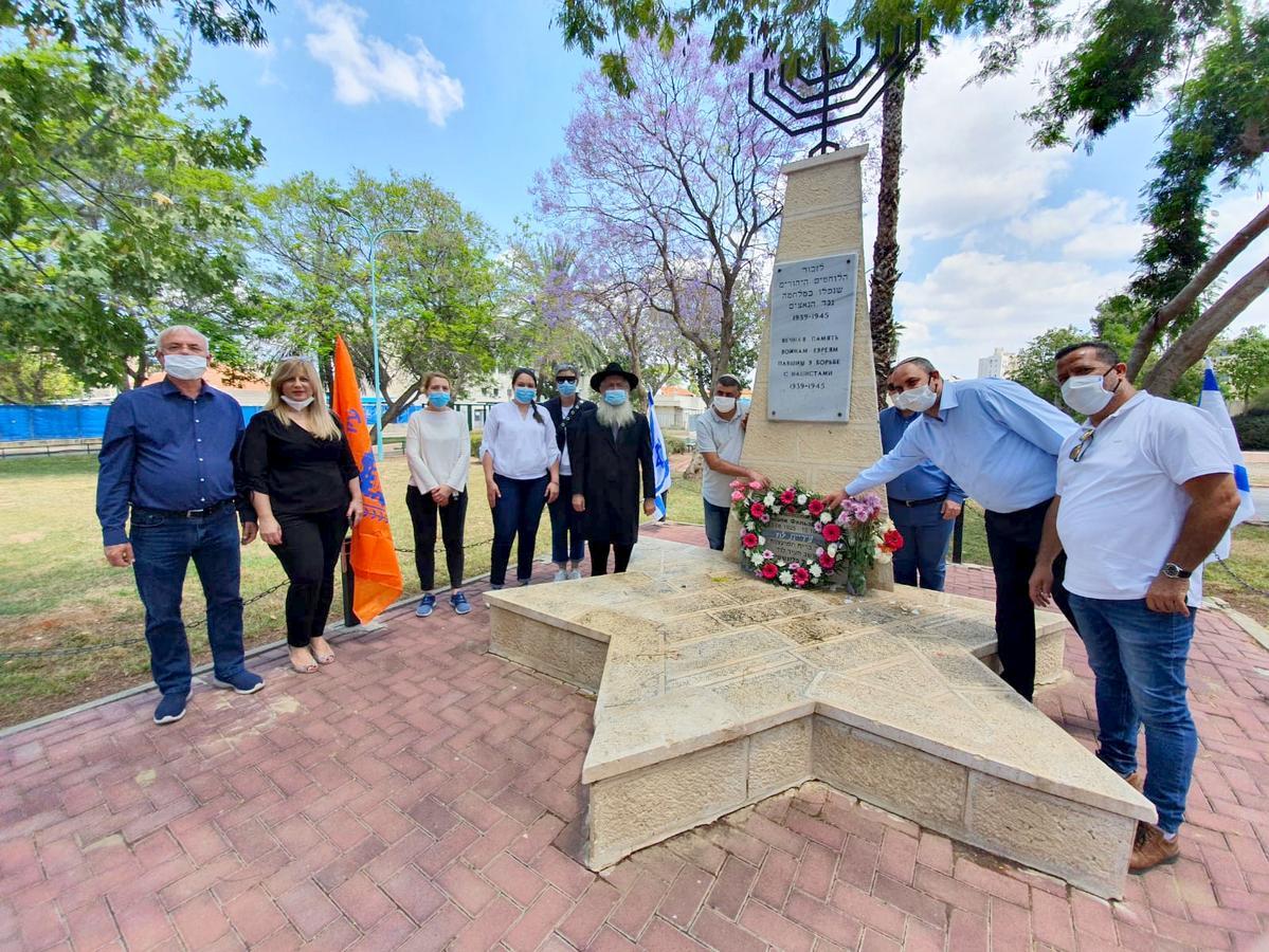 הנחת זר למרגלות האנדרטה בגן הווטרנים בלוד לזכר ניצולי השואה (1)
