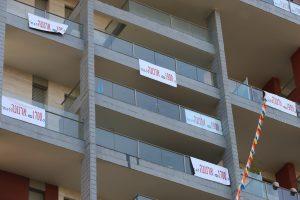 שלטי המחאה במרפסות