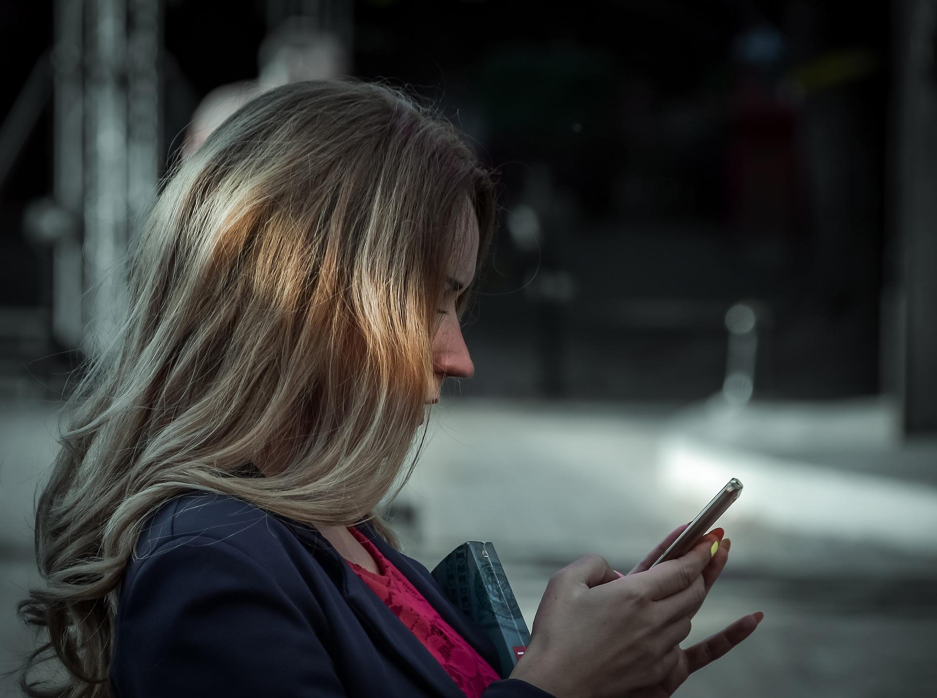 אישה עם טלפון נייד
