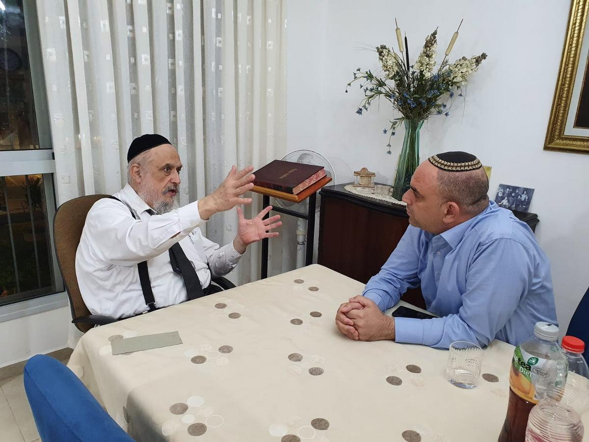 הגיעו להבנות -ראש העיר יאיר רביבו עם רב השכונה הרב אברהם ברודיא