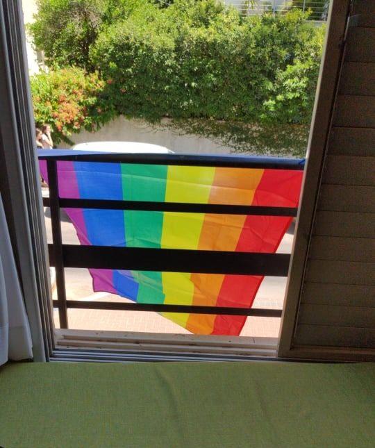 הדגל בביתה של התושבת