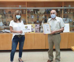ראש עיריית חולון מוטי ששון ומתאמת הבריאות העירונית רותי יצקן עם תעודת אפשריבריא בעיר לשנת 2019. צילום-עיריית חולון