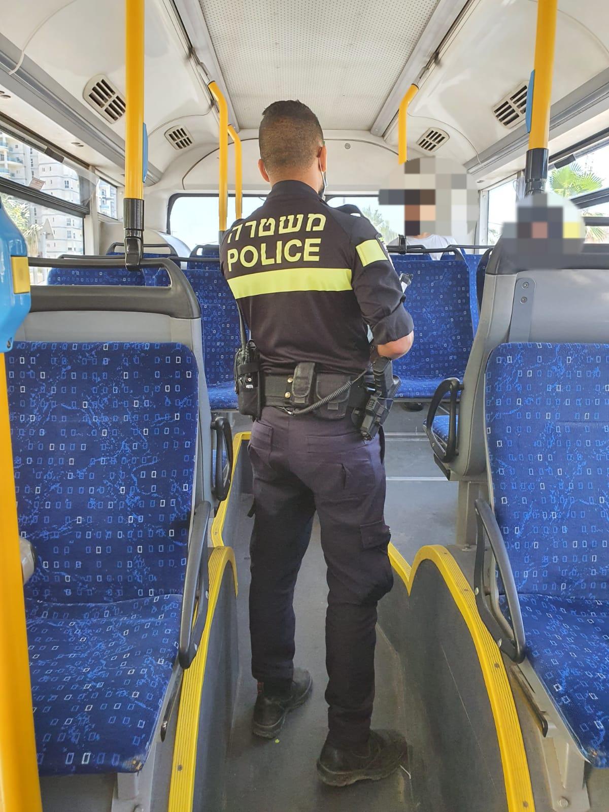 שוטר קורונה אוטובוס צילום דוברות משטרת ישראל