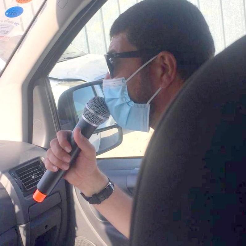 חבר המועצה ומחזיק תיק הבריאות אקראם סאקאללה בהסברה וחלוקת מסכות