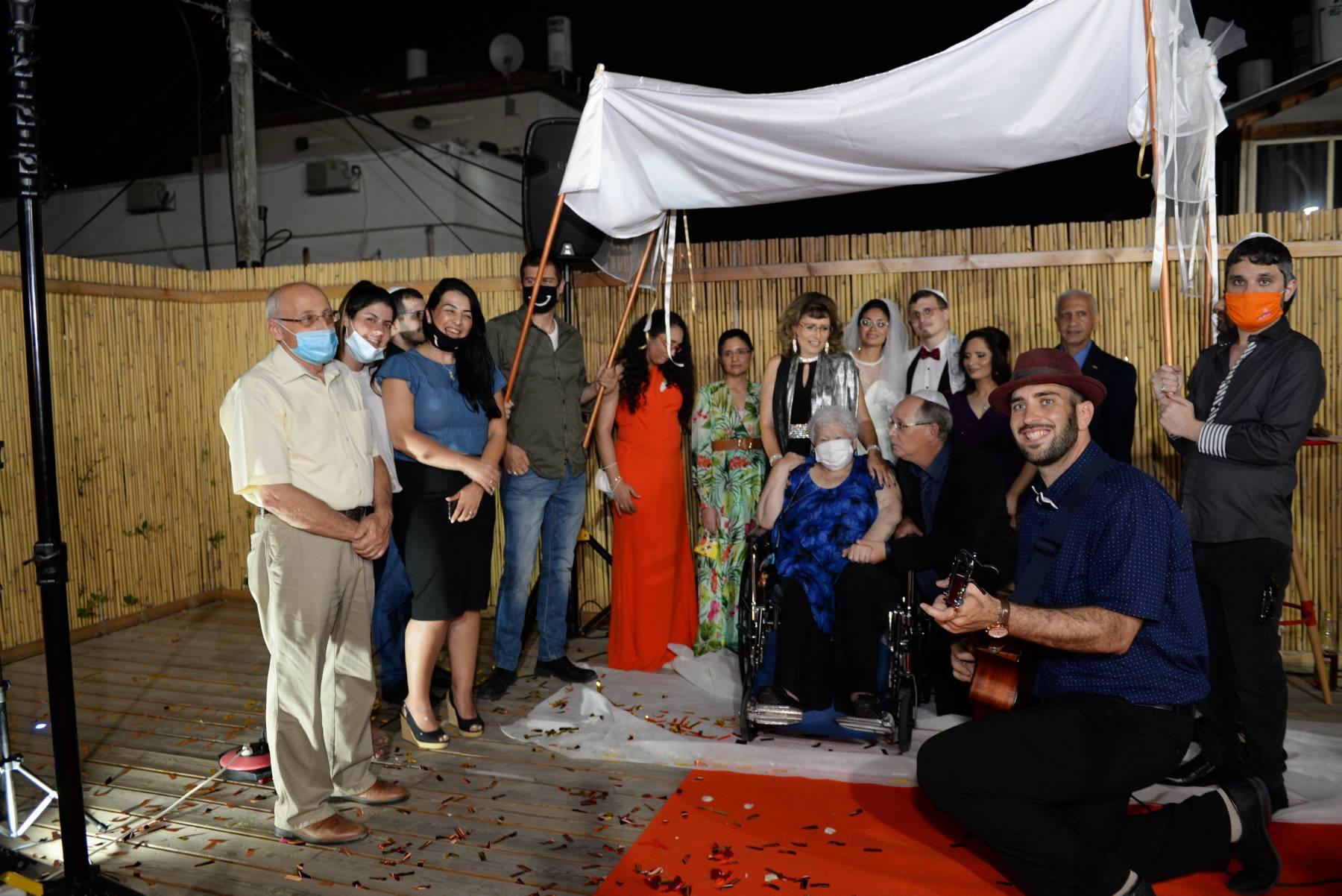 ראש עיריית חולון מוטי ששון יחד עם בני הזוג דפנה ארזי ואלון שחק שנישאו בגסיקה-שלוחת מרכז הצעירים בחולון. צילום-טל קירשנבאום (2)