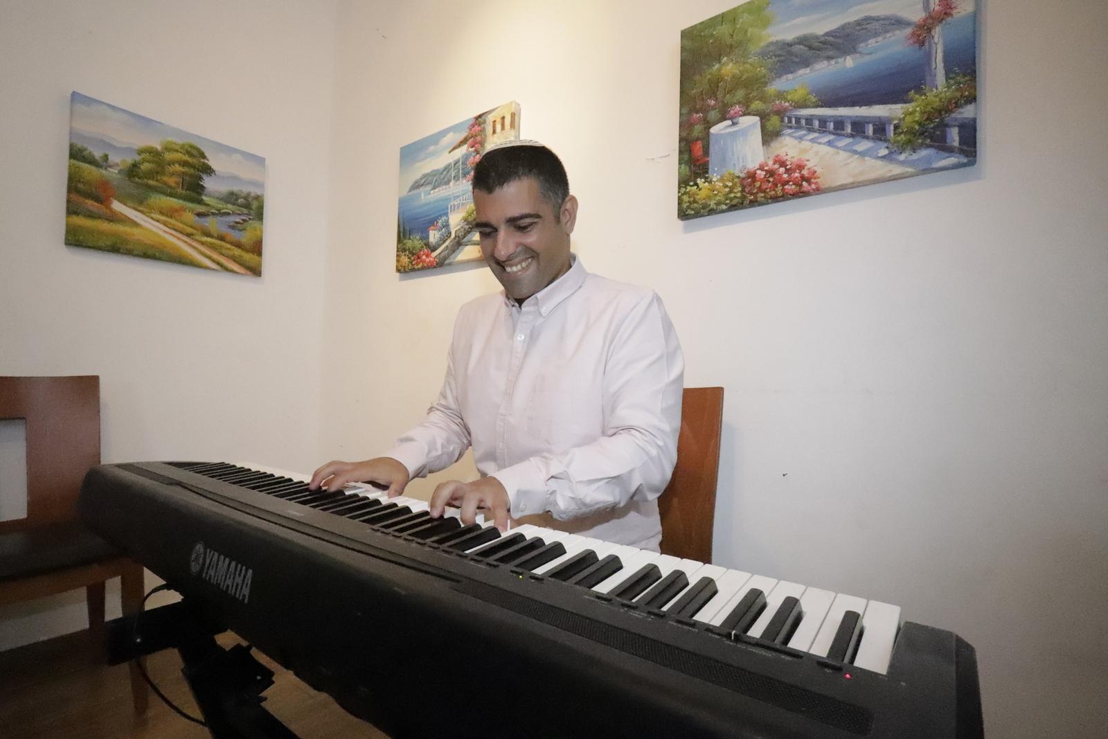 רפי ביטון בחזרות בסטודיו בגבעת שמואל. צילום: איתן אלחדז ברק