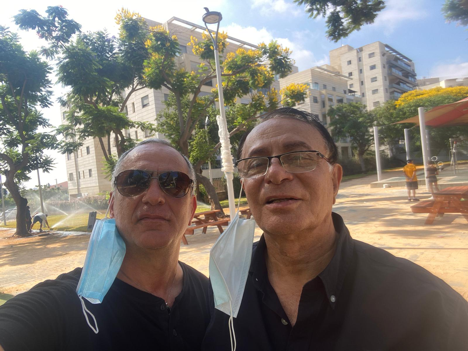 אלי כהן ואיציק דריקס במהלך סיור בגינה הציבורית