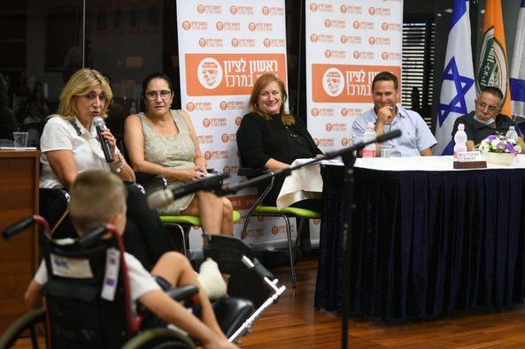 התלמידים במפגש עם ראש העיר ומחזיקת תיק החינוך