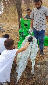 ילדים אוספים זבל ביער בן שמן