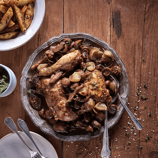 עוף טוב- תבשיל כרעיים ברוטב פטריות, ערמונים ובצלצלי שאלוט