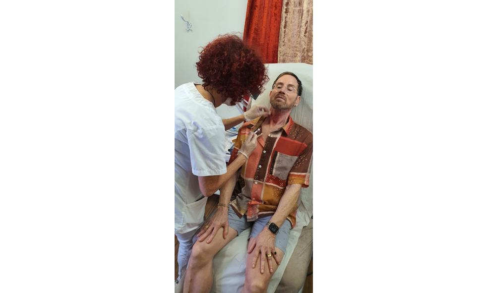 דוד דביר בטיפול מיצוק ושיפור מרקם עור הצוואר במרפאת אלונה שכטר בתל אביב, צלם אייל אלוני (2)