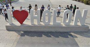 ראש עיריית חולון מוטי ששון משוחח עם בני נוער על יצחק רבין – כיכר המדיטק הפכה באופן סמלי לכיכר רבין, 2020. צילום-רן יחזקאל (2)