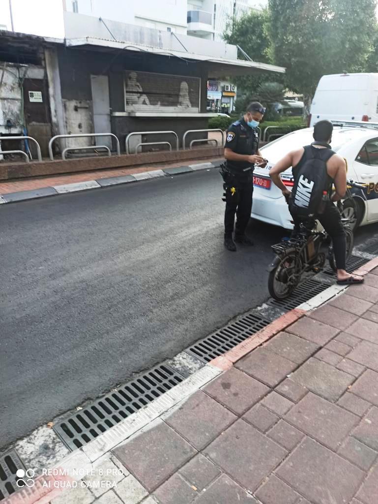 אכיפת עבירות קורקינטים ואופניים חשמליים על ידי השיטור העירוני בחולון. צילום-עיריית חולון (1)
