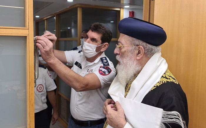 """חנוכת בית כנסת בבניין מדא בנוכחות הראשון לציון הרב שלמה משה עמאר. צילום: דוברות מד""""א"""