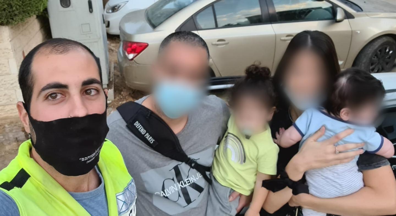 ליאור לוי והמשפחה המאוחדת לאחר החילוץ- צילום ידידים סיוע בדרכים