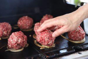 מכין את כוכב הבית- המבורגר. צילום: איתן אלחדז ברק
