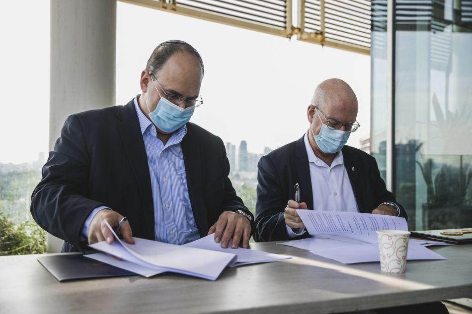 נשיא אוניברסיטת תל אביב אריאל פורת וראש עירית בת ים צביקה ברוט צילום מנש כהן