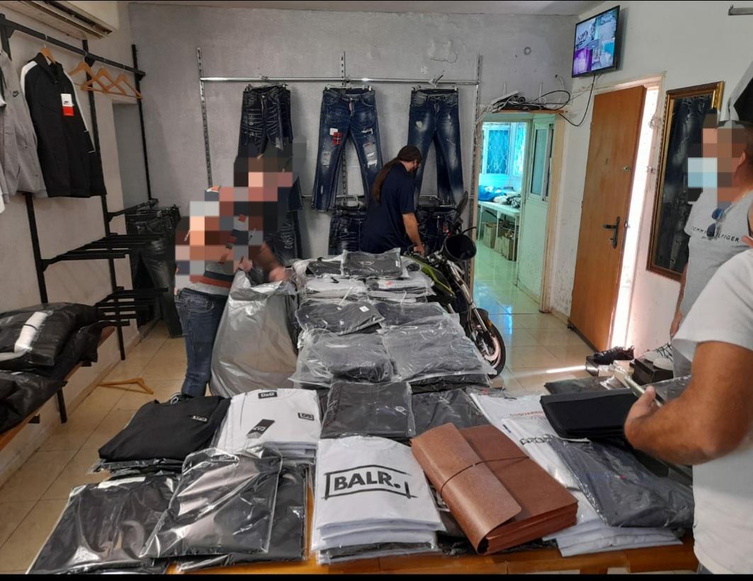 סחורה זיוף מזויפת חולצות- צילום דוברות משטרת ישראל