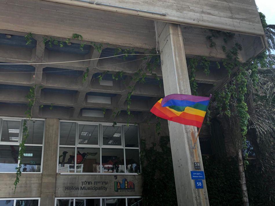 דגל הגאווה מונף בחזית בניין עיריית חולון 2019. צילום-עיריית חולון