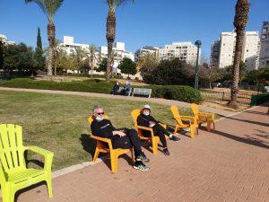 הכיסאות הצבעוניים בפארקים. צילום: עיריית קריית אונו