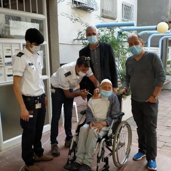 """צוות מד""""א מחסן את חסן אהרון בן 106. צילום: דוברות עיריית יהוד מונוסון"""