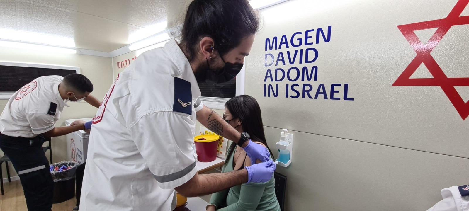 חיסוני קורונה בקרוואן החיסונים של מדא בבת ים – צילום דוברות מדא 15.2.21 (3)