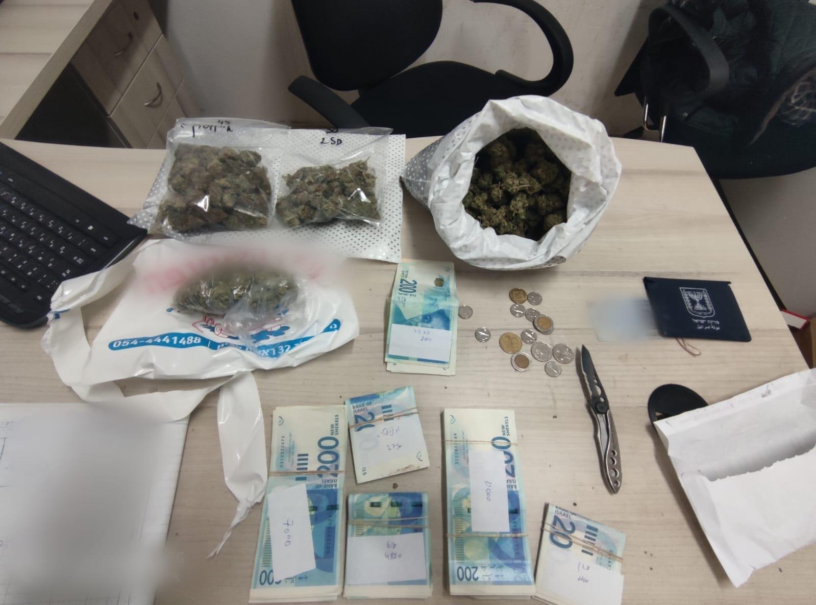 סמים מריחואנה כסף סכין צילום דוברות משטרת ישראל