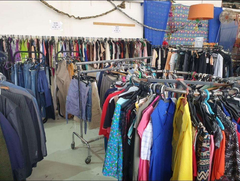 בגדים תרומות מחסן צילום פתחון לב
