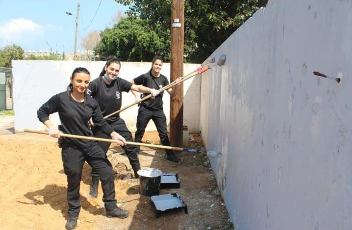 שוטרים צובעים צילום דוברות משטרת ישראל
