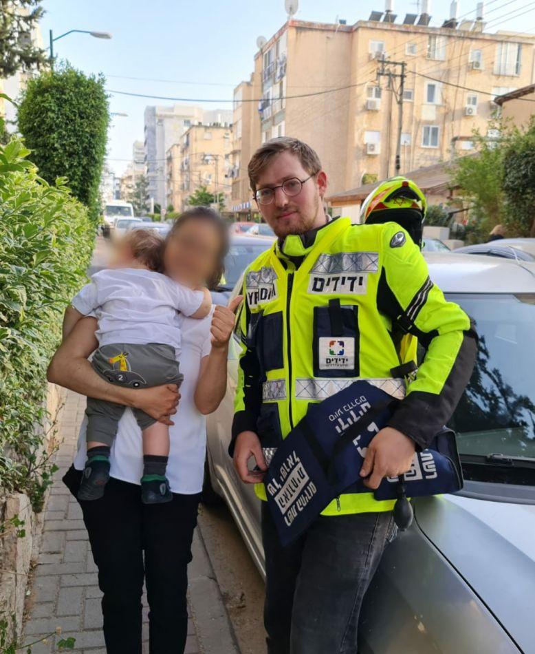 אלחנן, האם והפעוט לאחר החילוץ- צילום ידידים סיוע בדרכים