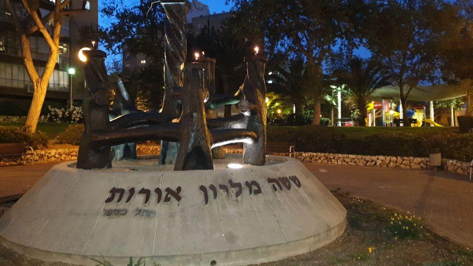אנדרטת ששה מיליון אורות של הפסלת רחל כספי צילום-עיריית חולון