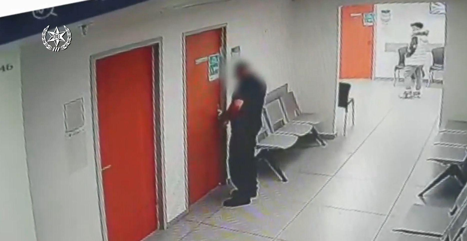 החשוד בפעולה- צילום ממצלמות האבטחה, דוברות משטרת ישראל