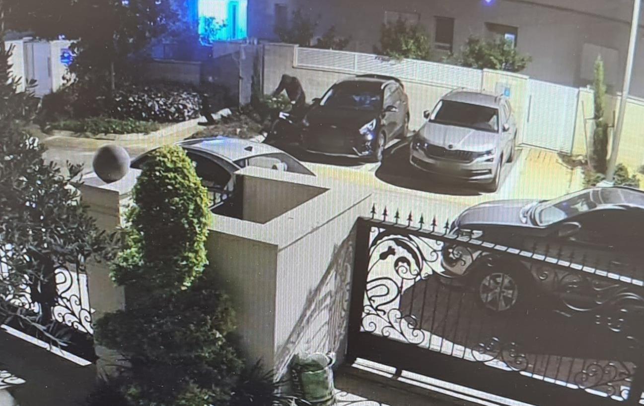 החשוד כפי שתועד במצלמת אבטחה- צילום דוברות משטרת ישראל
