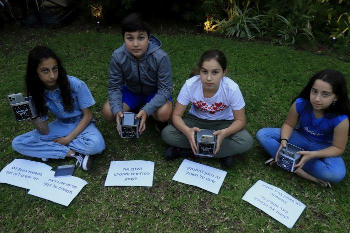 הילדים עם הקופסא שיצרו. צילום: איתן אלחדז ברק