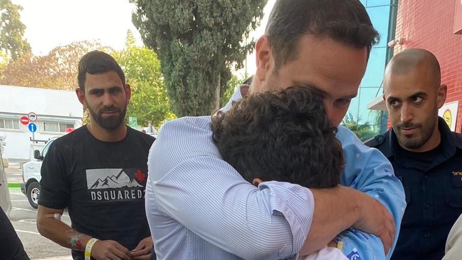 ראש העיר עם הנער בביקור בבית החולים. צילום: דוברות העירייה