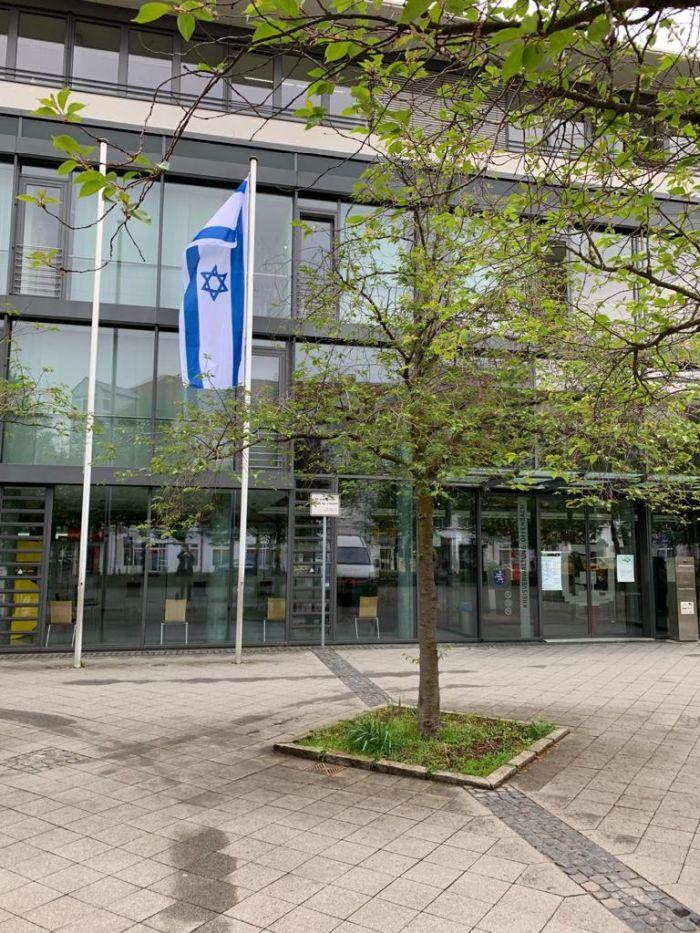 דגל ישראל בחזית בניין המשרדים של קרייס אופנבך
