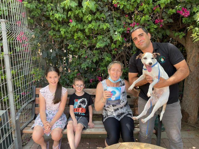 """ד""""ר תומר ניסימיאן עם סילבי גולן קומבו, ילדיה וכלבם אייס"""