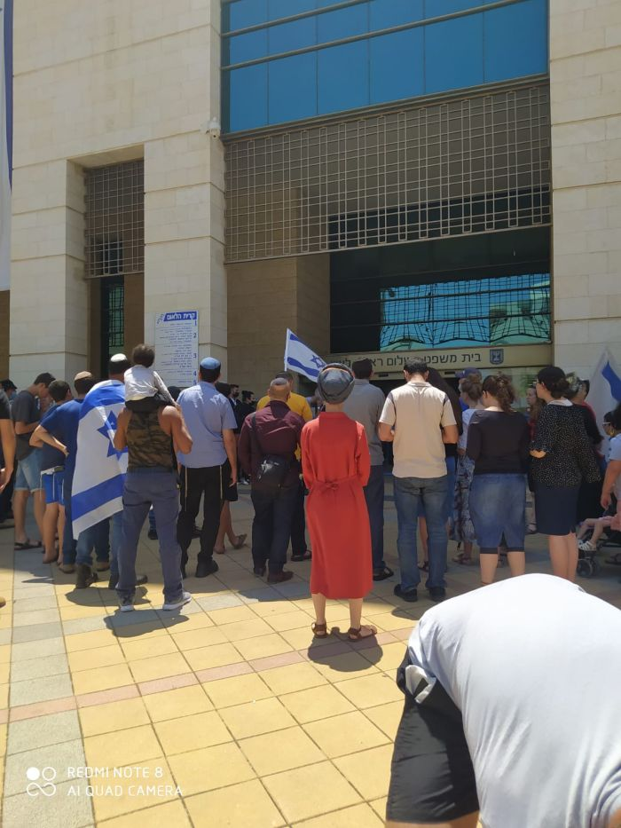 הפגנת תמיכה מול בית המשפט בעיר. צילום: פרטי