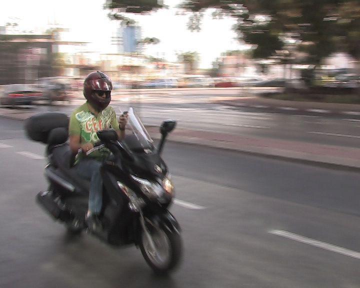 שליח אופנוע קטנוע צילום אור ירוק