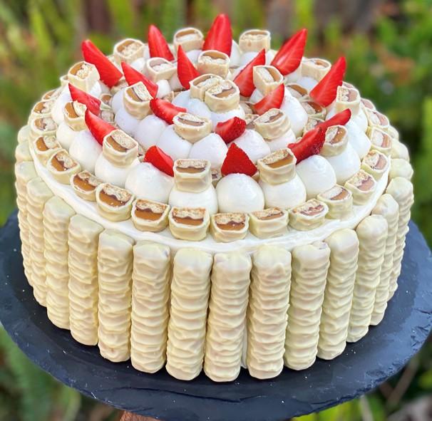 עוגת שכבות גבינה עם טוויקס לבן