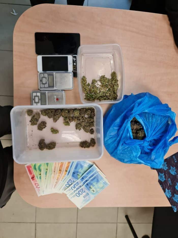 הכסף והסמים שנתפסו. צילום: דוברות המשטרה
