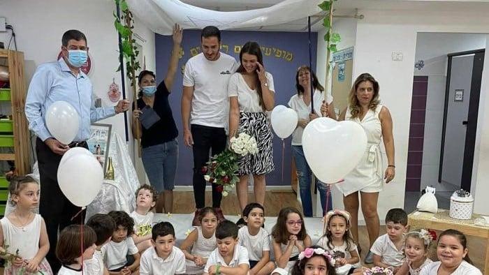 ילדי הגן עם החתן כלה. צילום: דוברות