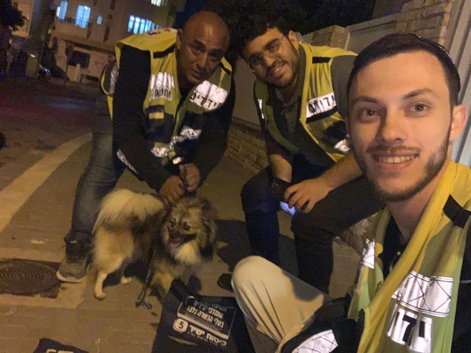 כונני ידידים והכלב המאושר לאחר החילוץ- צילום ידידים סיוע בדרכים