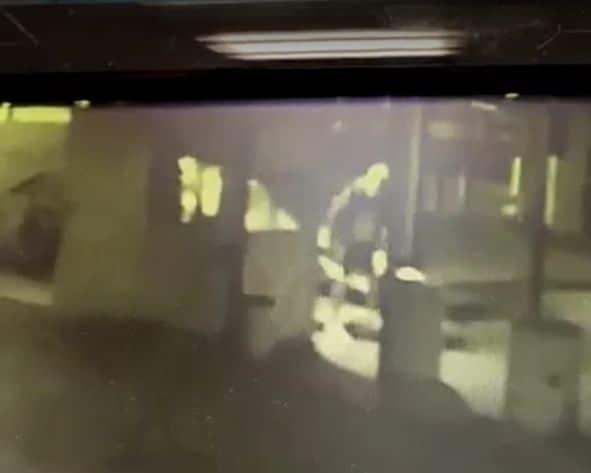 הנער מעל המבאטח הקשיש- צילום ממצלמת האבטחה, דוברות משטרת ישראל
