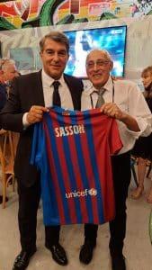 מוטי ששון מקבל מידי ז'ואן לאפורטה את חולצת הקבוצה עם שמו צילום עיריית חולון