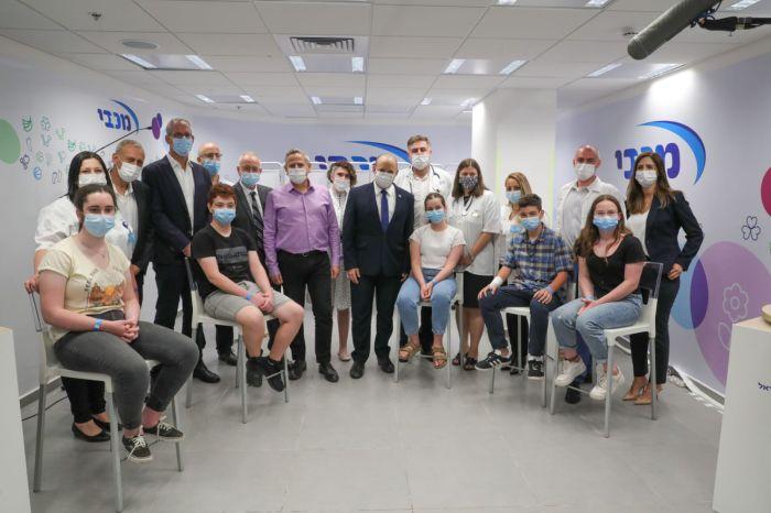 ראש הממשלה ושר הבריאות בסניף מכבי חולון. צילום מכבי
