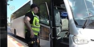 שוטר בודק אוטובוס- צילום דוברות משטרת ישראל