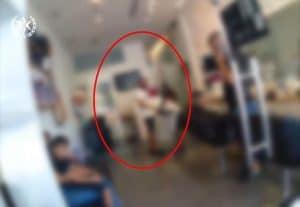 בעל המספרה בעבודתו- צילום דוברות משטרת ישראל